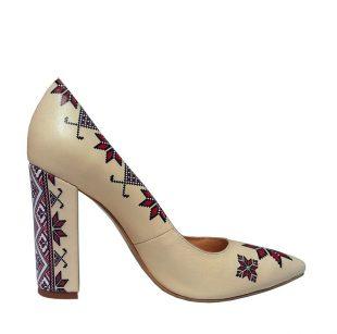 pantofi-bej-din-piele-naturala-cu-imprimeu-motive-traditionale-768x763